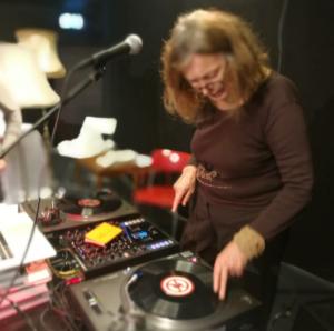 Danser og DJ Kari Onstad
